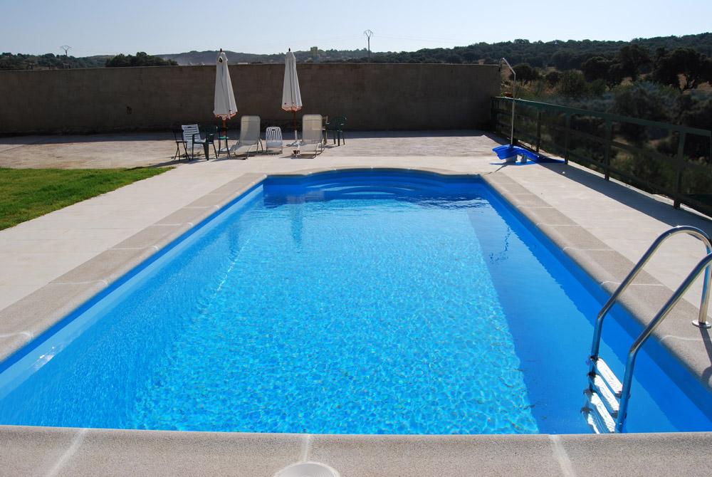 Piscinas prefabricadas en poliester extremadura sin playa for Imagenes de piscinas