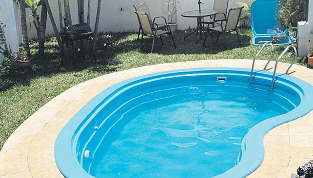 Piscinas prefabricadas en poliester piscinas de fibras for Piscinas de plastico precios