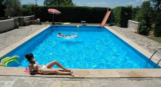 Piscinas prefabricadas en poliester razones para poner una for Modelos de piscinas en casa