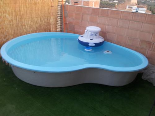 Piscinas prefabricadas en poliester construir una piscina for Hacer una piscina en casa